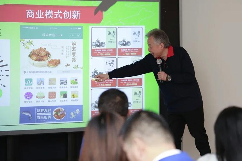 2、泓宝科技董事长邹国忠先生展示《绿农优选》项目.jpg
