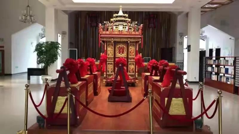 鲁家村游客集散中心民俗展示馆内的大花轿