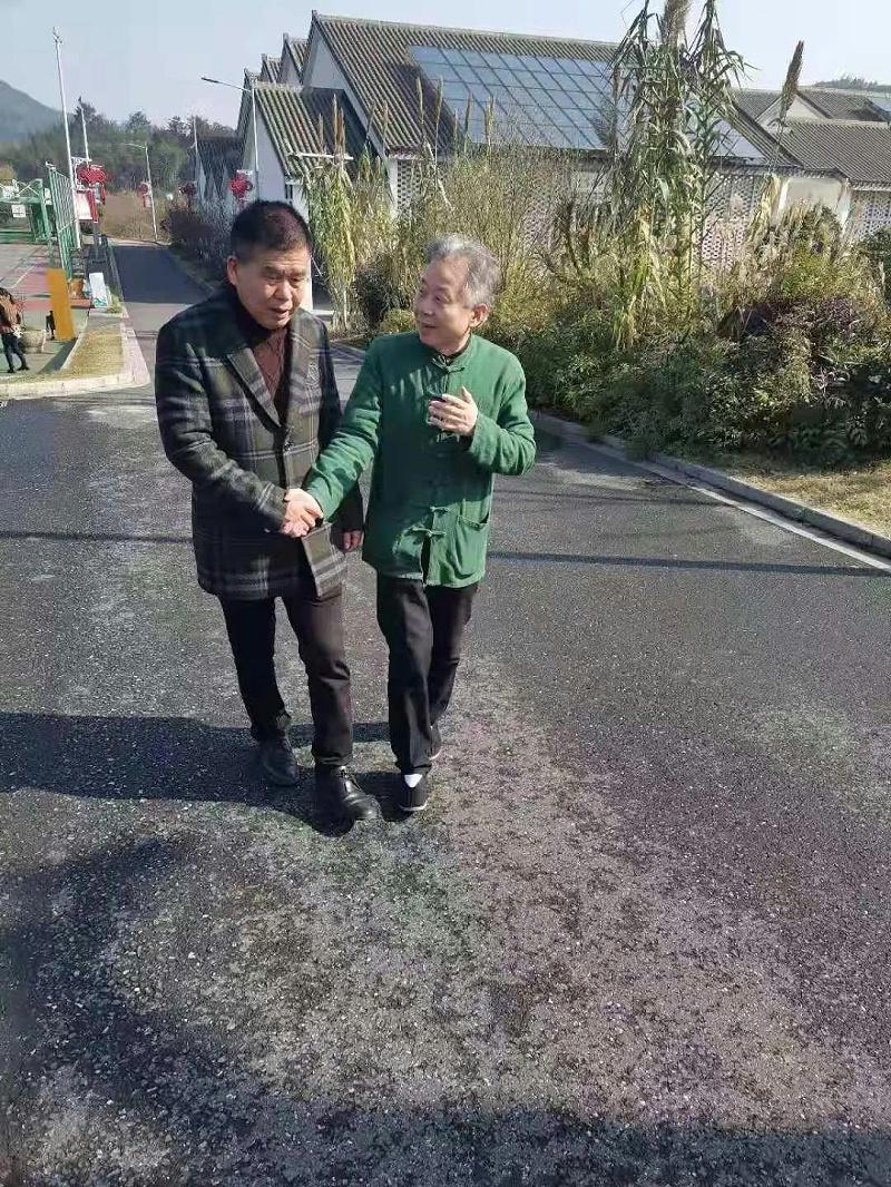 鲁家村党委书记朱仁斌与泓宝科技董事长邹国忠亲切交流